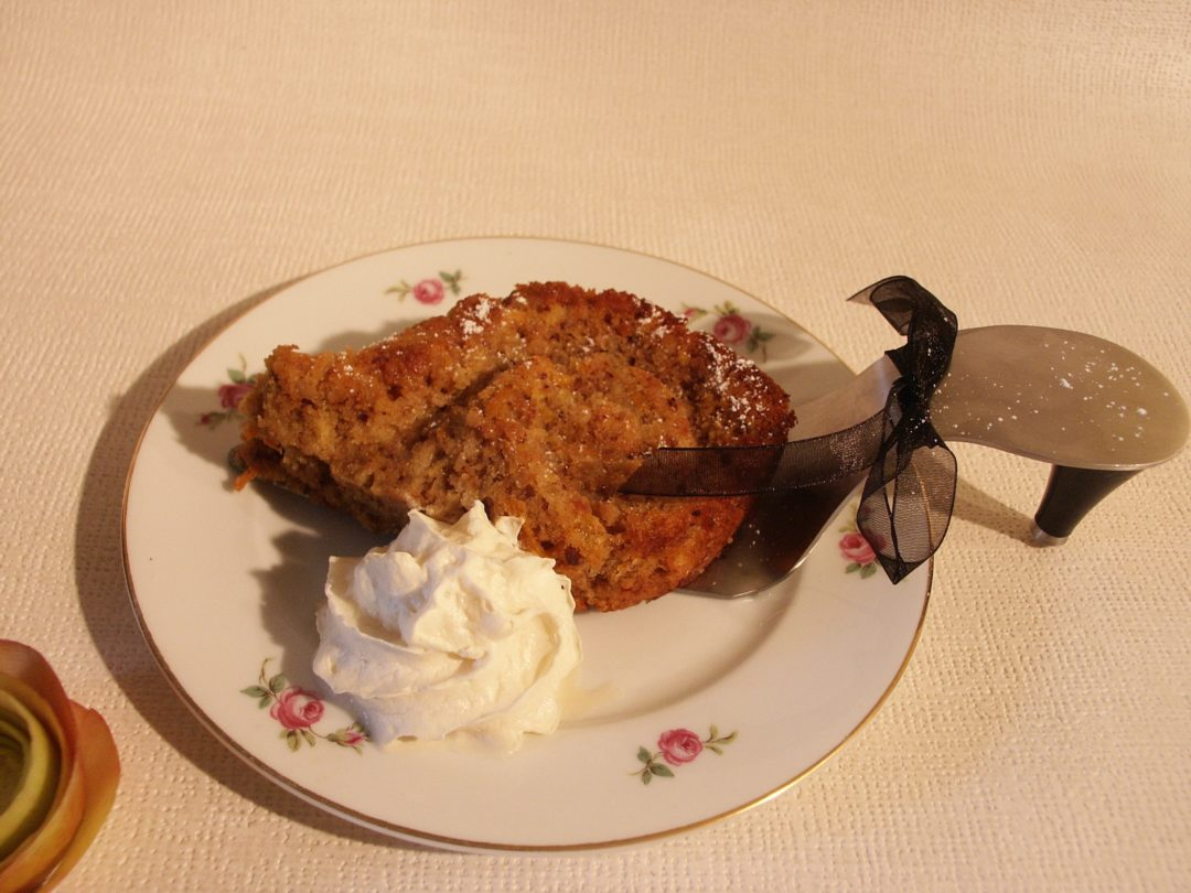 Apfel-Möhren-Kuchen mit kandierten Nüssen